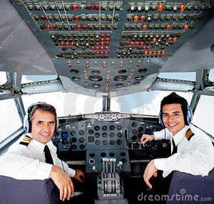pilotos-em-uma-cabine-do-avião-23629974